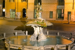 Fontana di Tritone - working again after cleaning